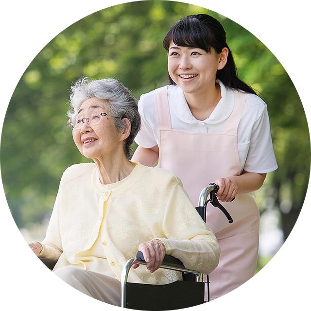 車椅子の老人と介護士